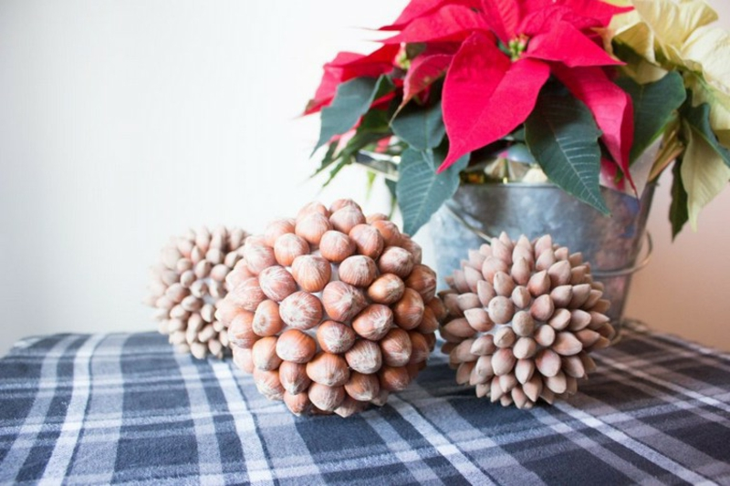 Weihnachtskugeln mit Nüssen