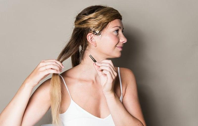 die Haare um den Kopf umwickeln