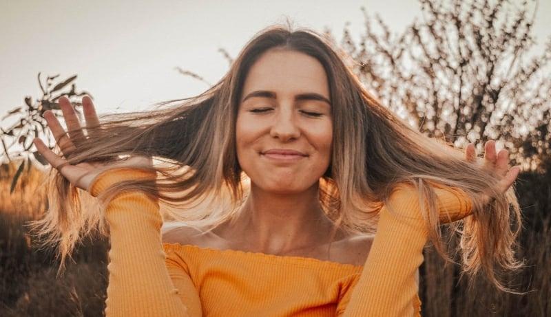 Glatte Haare ohne Haarglätter Methoden ohne Hitze effektvoll
