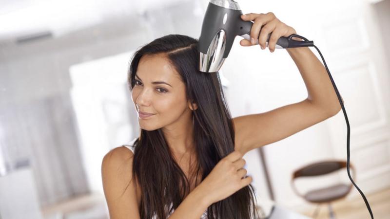 glatte Haare mit dem Föhn