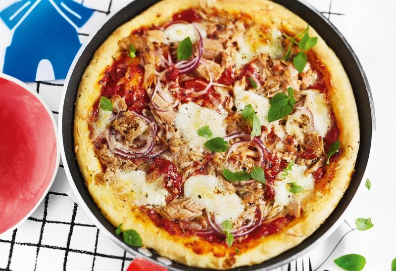 Pizza mit Fisch und Zwiebeln