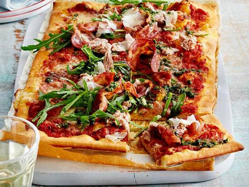 Pizza mit Thunfisch Speck Tomatensoße