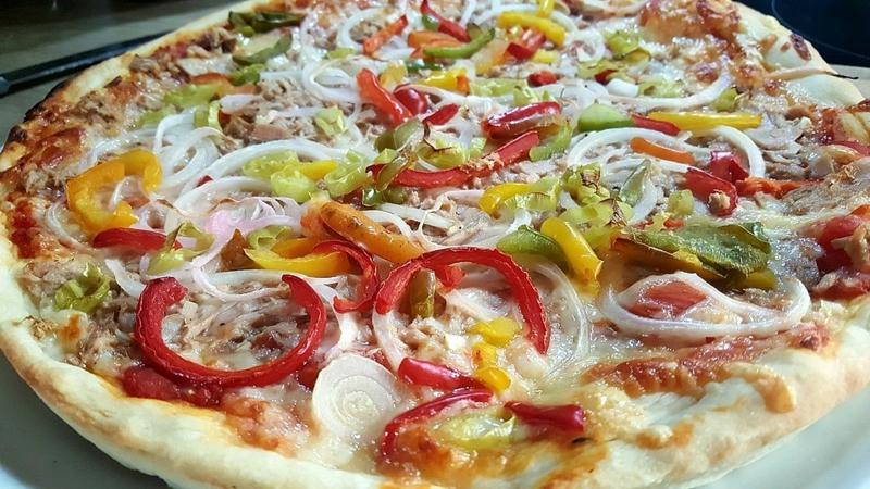 Pizza mit Fisch und Paprika