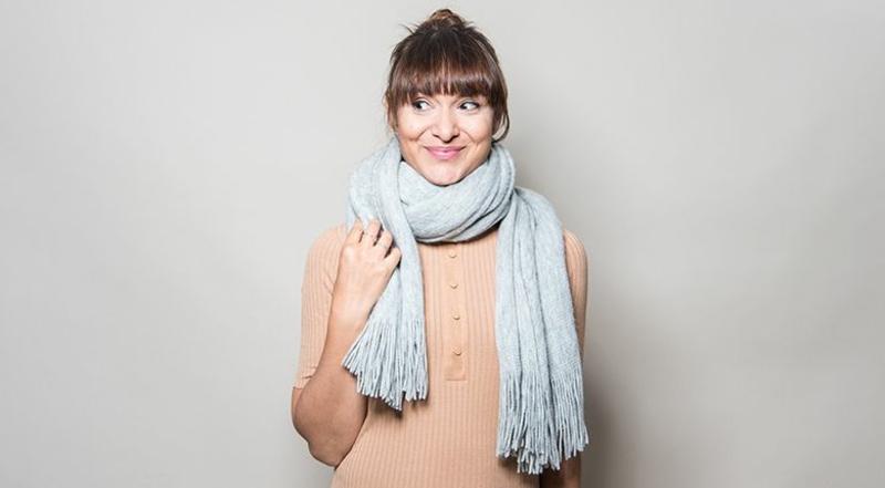 den Schal möglichst eng am Hals tragen