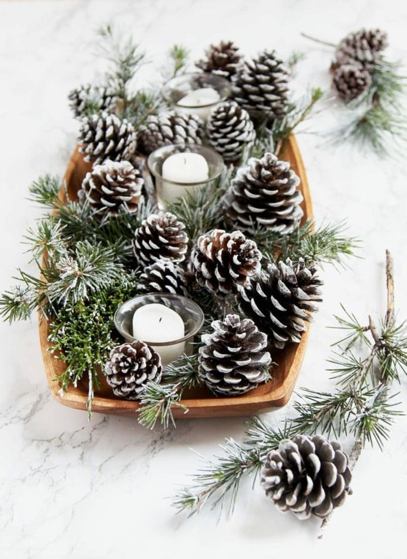 Tischdeko mit Tannenzapfen Teelichter Zweige