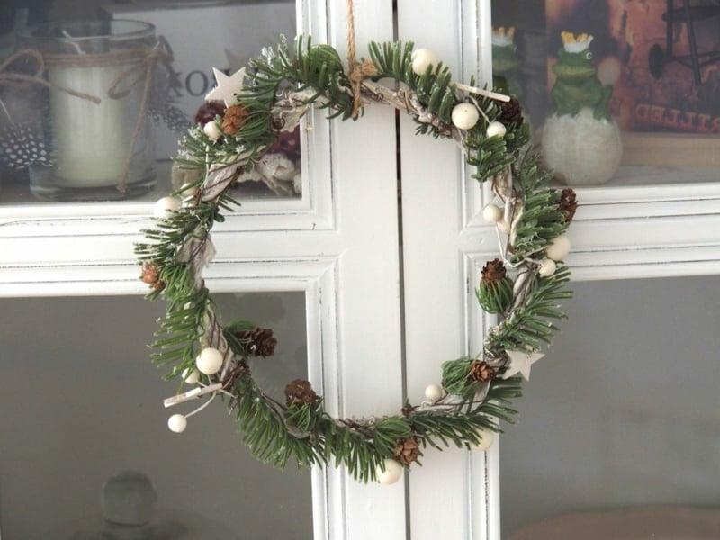 Basteln mit Naturmaterialien Weihnachten Kranz Fenster