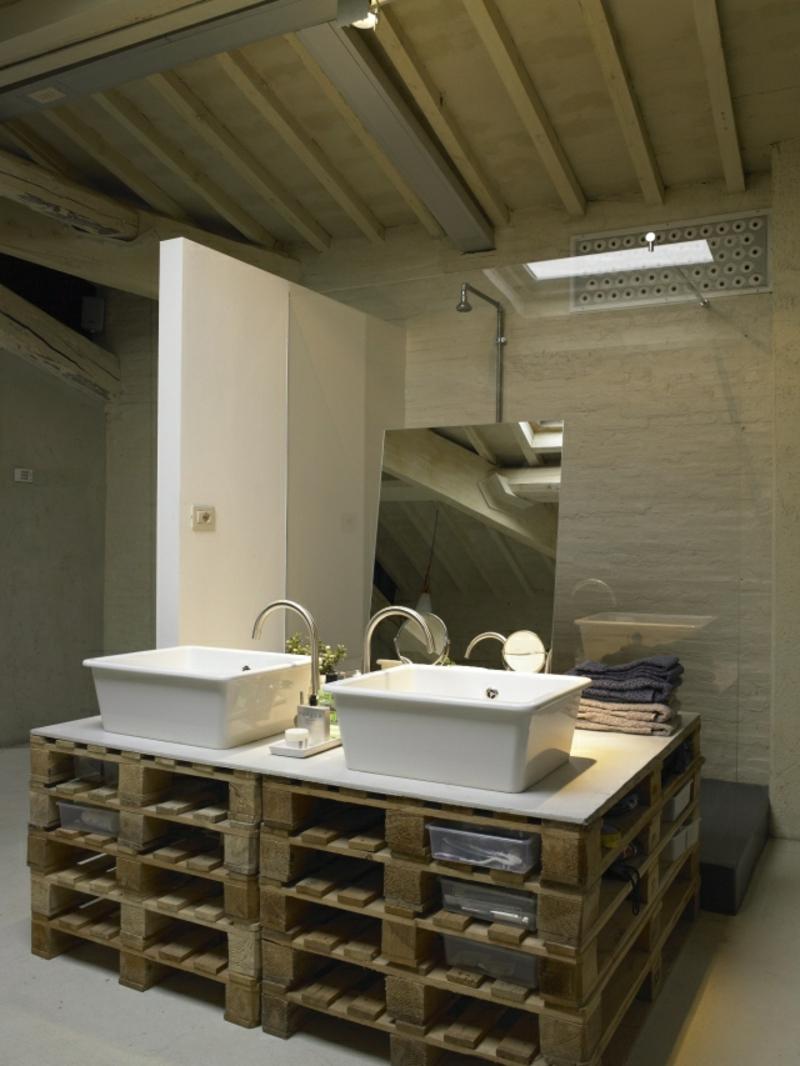 zwei Aufsatzwaschbecken Keramik Holzpaletten