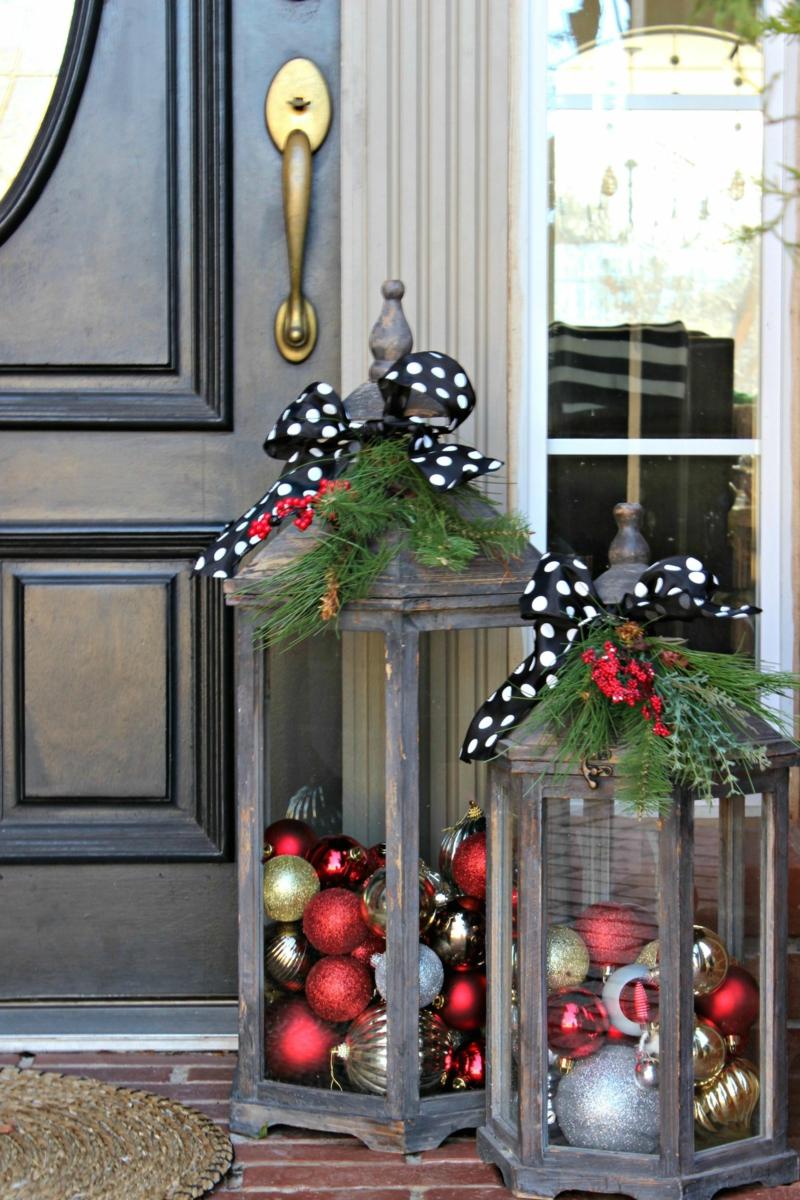 tolle Laternen mit Weihnachtskugeln Eingangstür