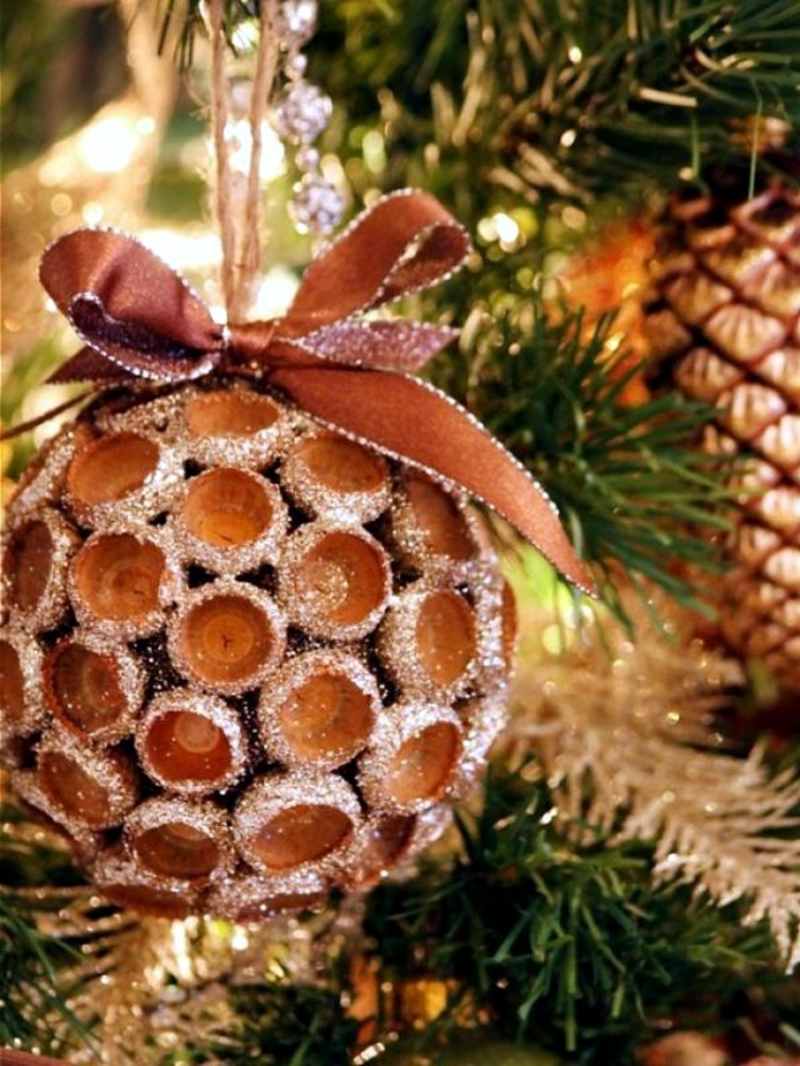 Weihnachtskugeln basteln mit Nüssen