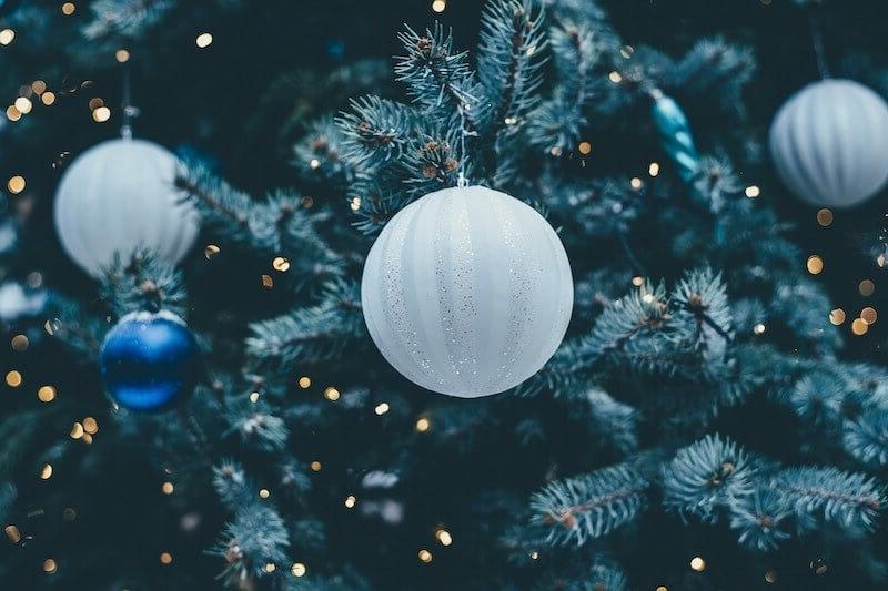 weiße Weihnachtskugeln stilvoll
