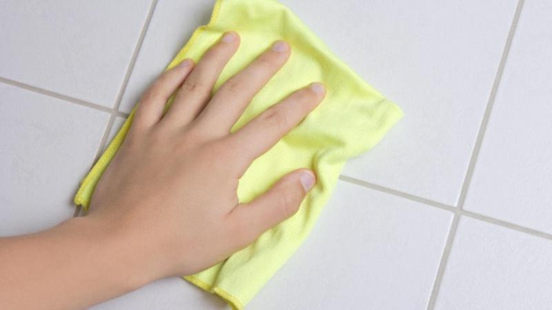 Fliesen verfugen Wandfliesen polieren Tuch