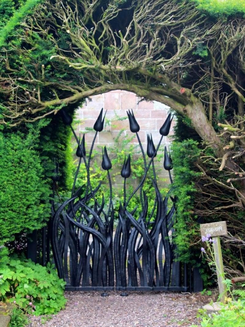 Gartentor Metall Tulpen eindrucksvoll
