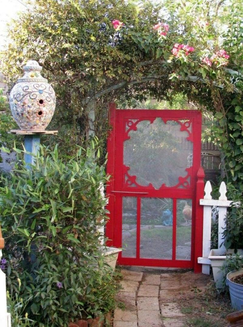 Gartentür rot gestrichen