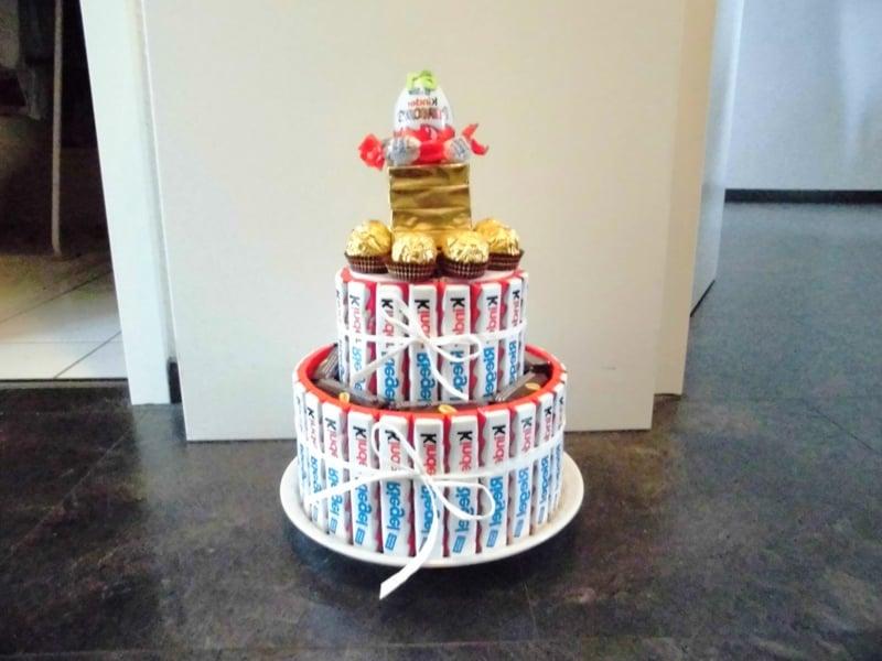 Torte aus Süßigkeiten Kinderriegel