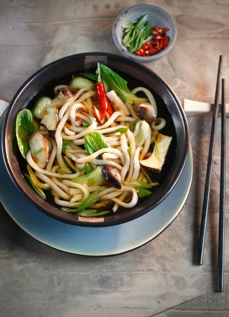 asiatische Nudelsuppe Pilze und Pak Choi