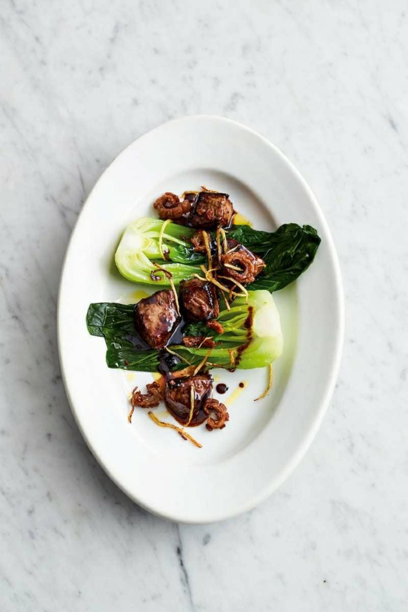 Rindfleisch mit Senfkohl garnieren