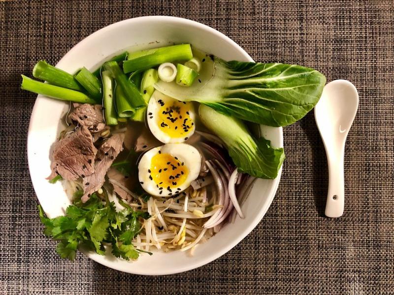 Pak Choi Rezepte Salat mit Eiern und Schinken lecker sättigend