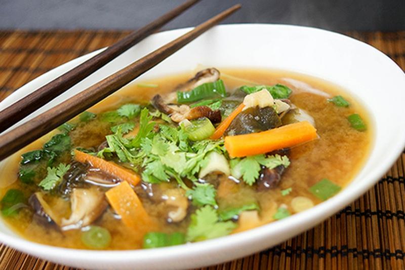 Fischsuppe kochen mit Pak Choi und frischem Gemüse