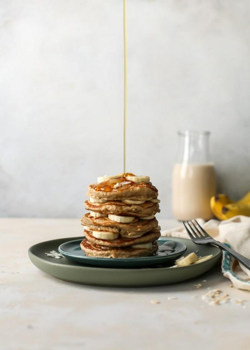 Pfannkuchen mit Ahornsirup garnieren leckeres Frühstück