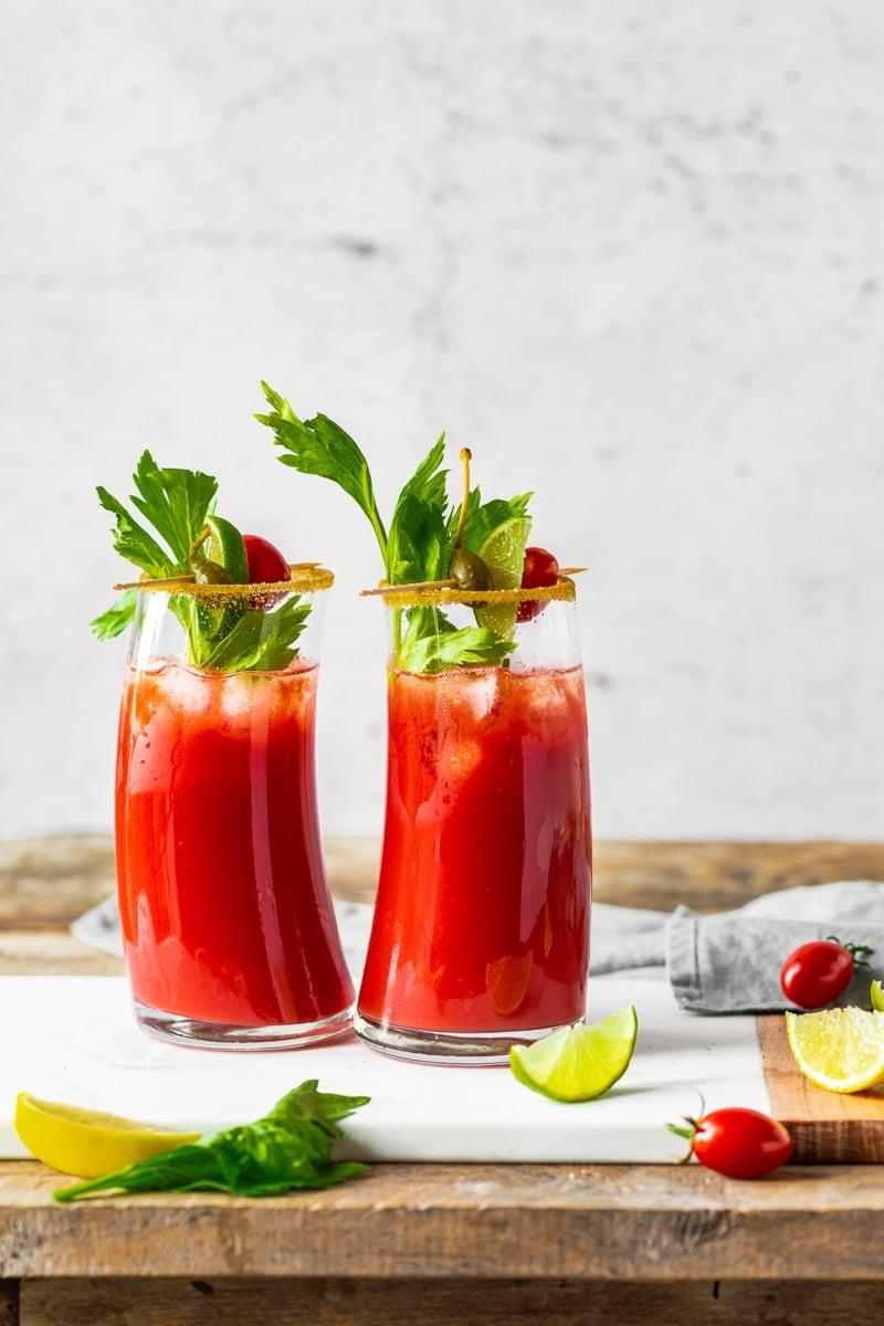 alkoholfreie Cocktails Bloody Mary mit Tomatensaft und Sellerie