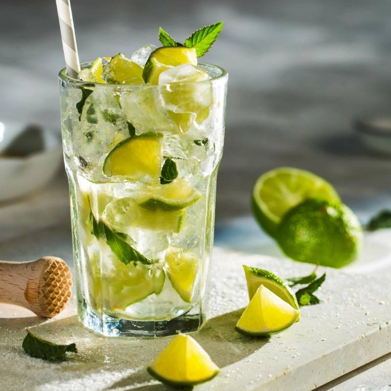 Caipirinha alkoholfrei mit Limettensaft und Eis