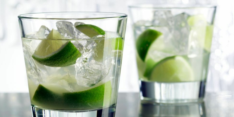 alkoholfreie Cocktails Caipirinha mit Eis