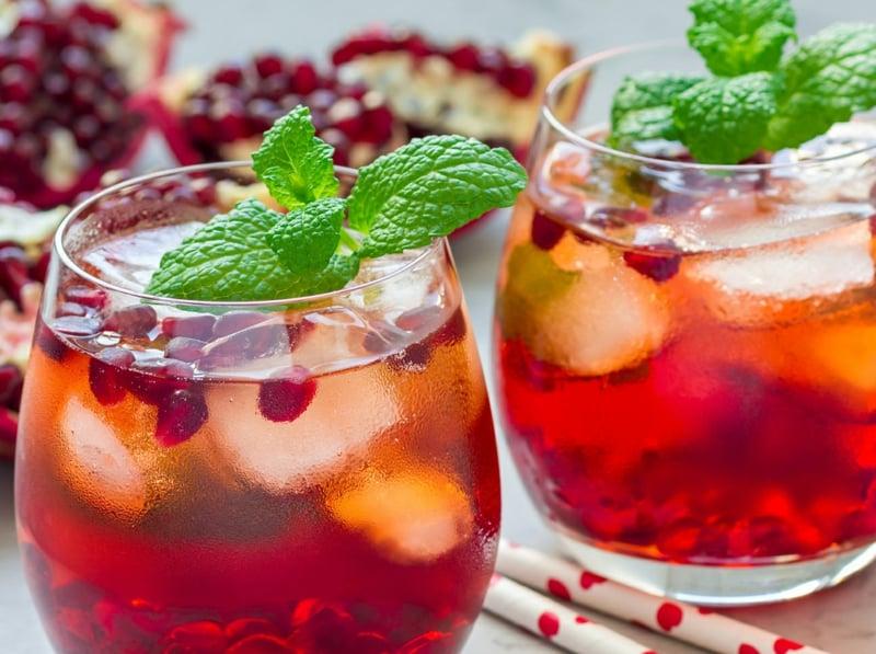 Cocktail ohne Alkohol mit Granatapfelsirup und Eis