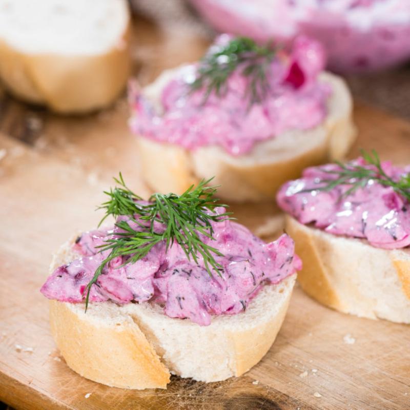 Salat mit Hering als Fingerfood servieren
