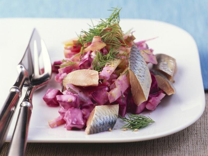 Serviervorschlag leckerer Salat mit Hering und Rote Bete