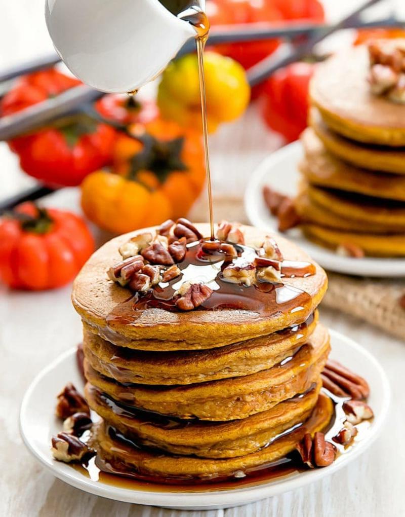 American Pancakes Rezept mit Nüssen und Ahornsirup