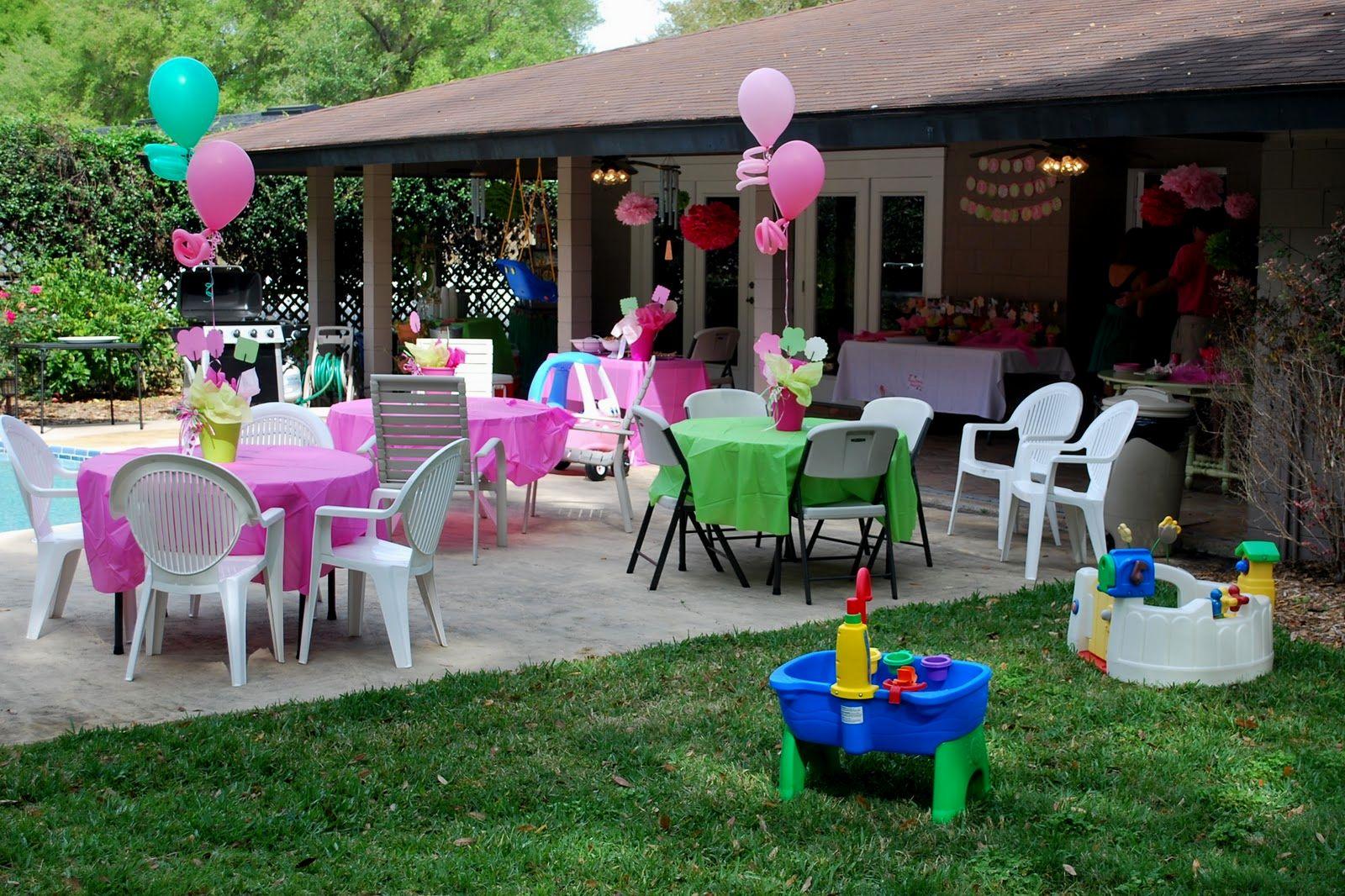 Partydeko mit Ballonen im Hinterhof