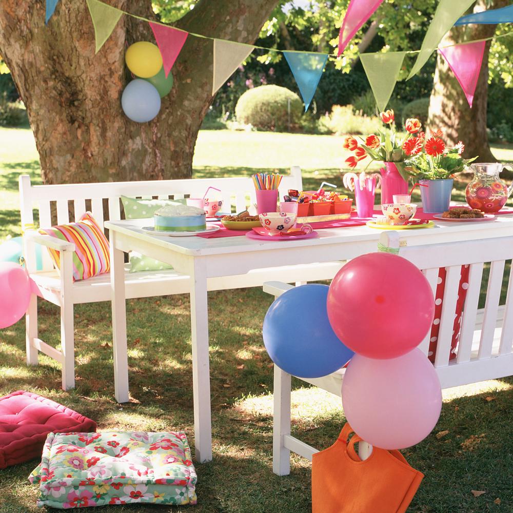 Partydeko für einen Geburtstag im Garten