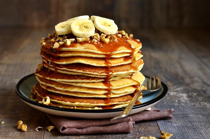 Pfannkuchen mit Banane und Nüssen garnieren