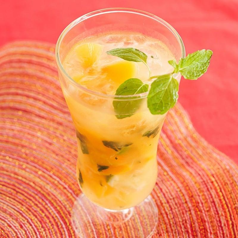 alkoholfreie Cocktails Mojito mit Pfirsiche und Minze