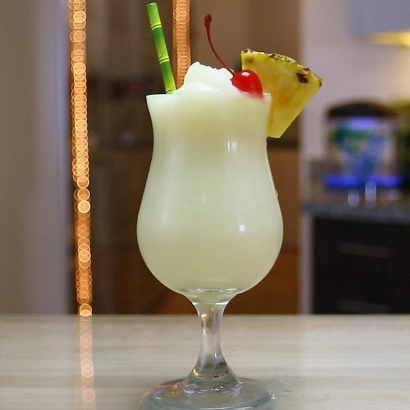 Pina Colada mit Sahne Cocktailkirsche und Ananas