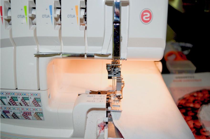 Himbeere Barett DIY Anleitung mit Overlock Maschine: Schritt 3