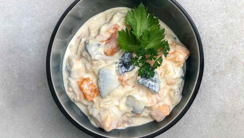 Salat mit Hering, Mayo-Dressing und Sellerie