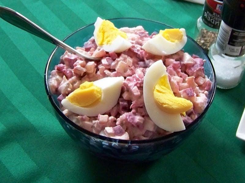 roter Salat mit Hering garnieren gekochte Eier