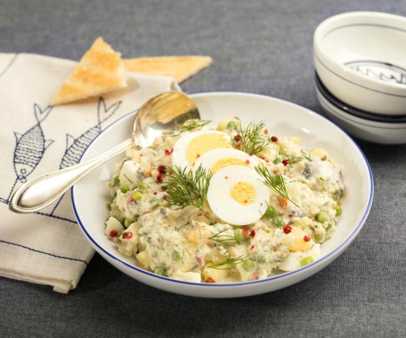 Salat mit Hering und gekochten Eiern lecker