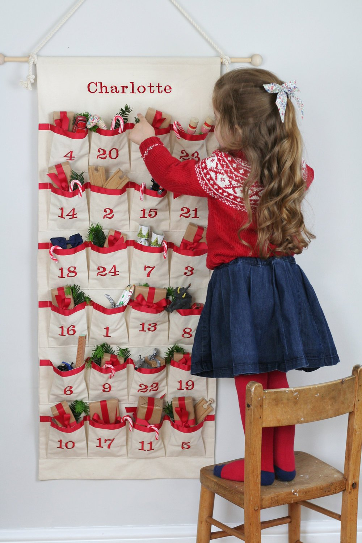 Charlotte mit ihren eigenen wiederverwendbaren Adventskalender
