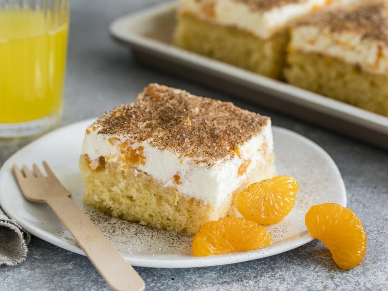 Kuchen mit Fanta und Mandarinen servieren