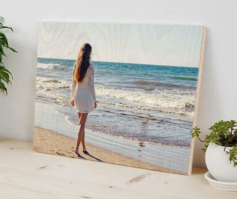 Foto auf Holz junge Frau und Meer