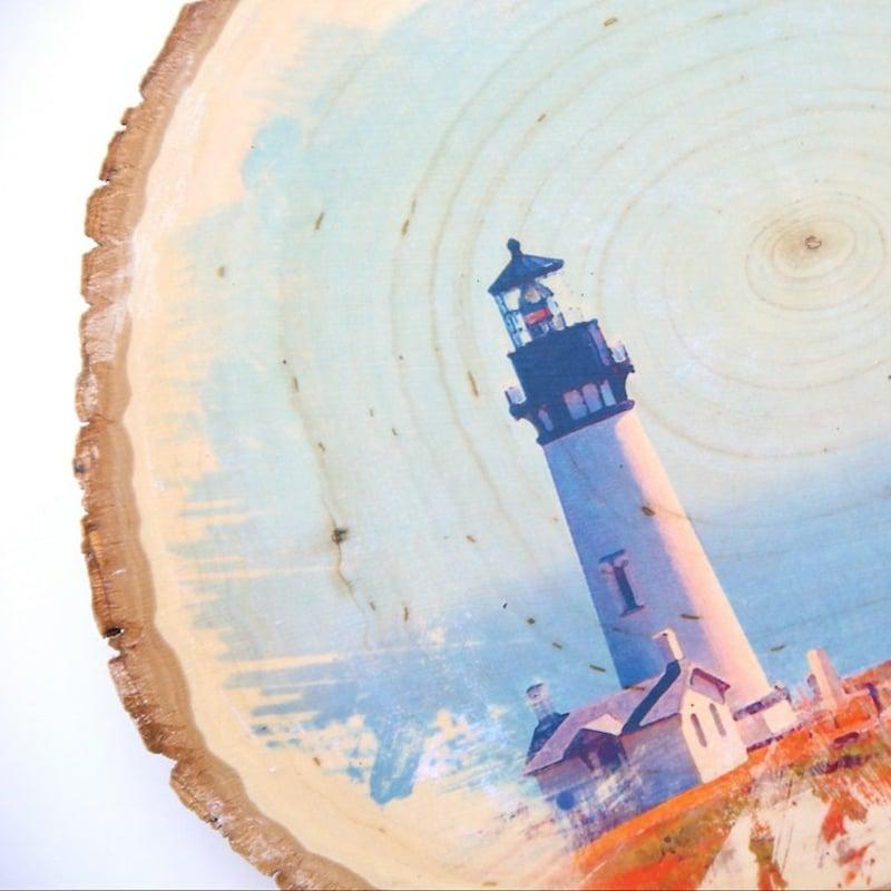 bunte Fotografien und Motiven auf Holztafel übertragen