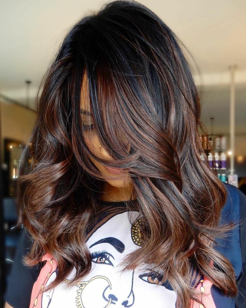 haarfarbe dunkelbraun karamellfarbene strähnen