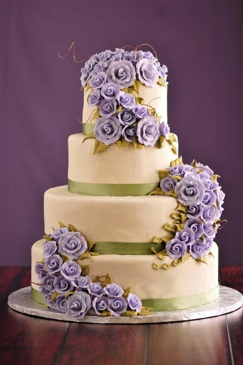 mehrstöckige Hochzeitstorte mit blauen Blumen