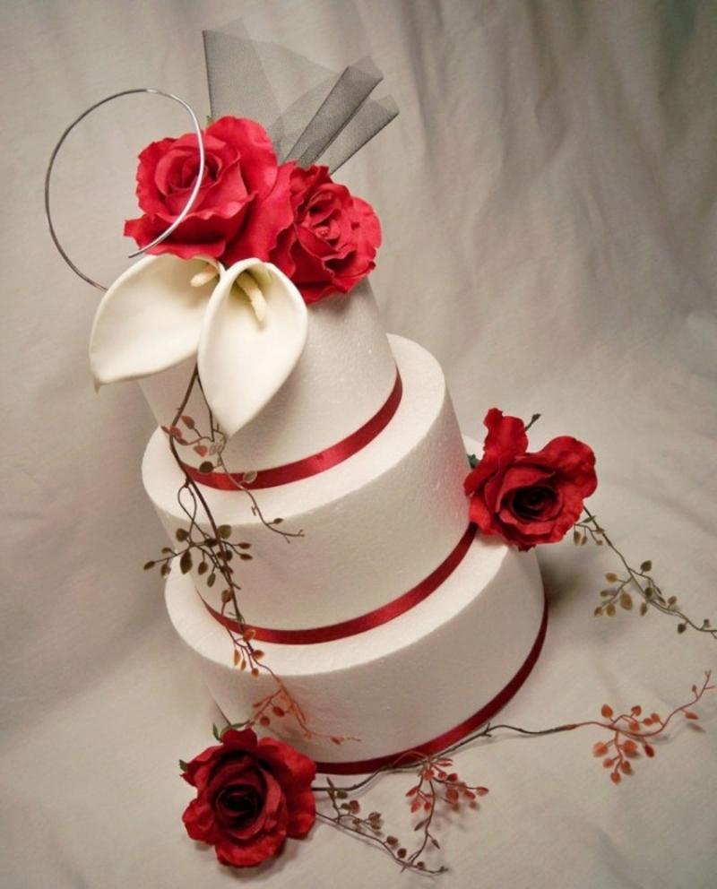 weiße Hochzeitstorte mit Callas und roten Rosen