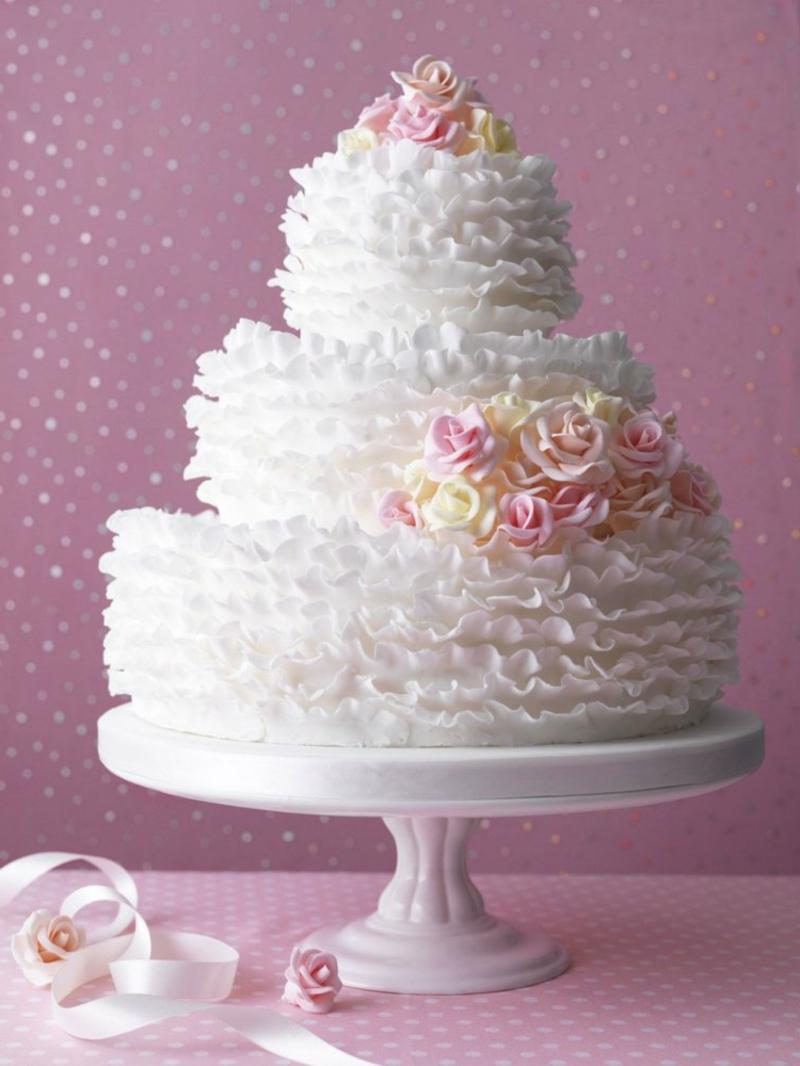 Hochzeitstorte auf drei Etagen mit Fondant dekoriert