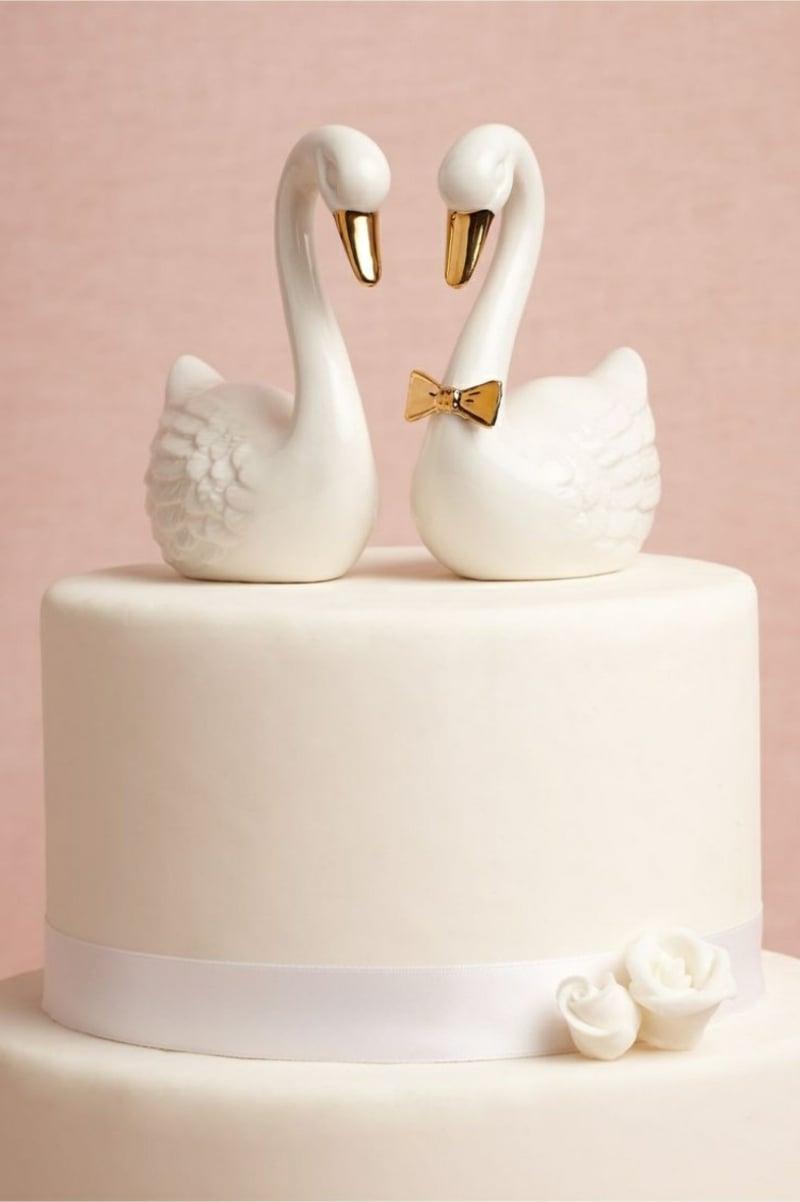 schlichte Hochzeitstorte mit Schwänne
