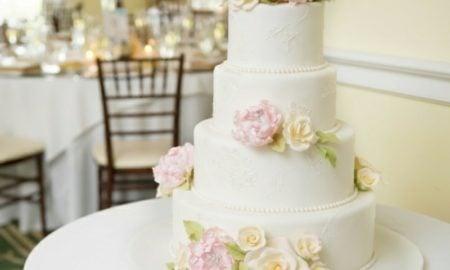 Hochzeitstorte mit Blumen und Zuckerperlen fantastischer Look