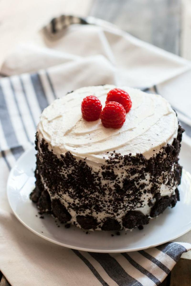 Torte mit Sahne, Oreos und Himbeeren